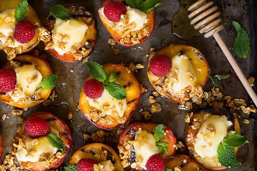pêssegos com granola e mel