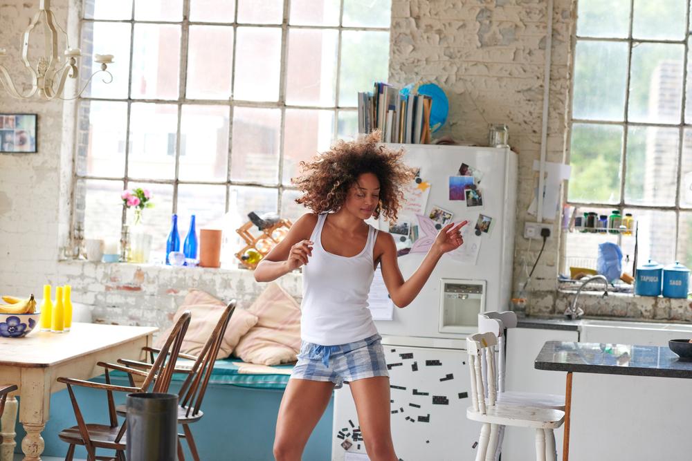 menina dançando na sala