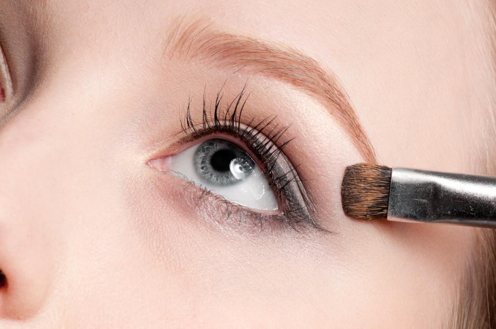aplicando sombra olhos