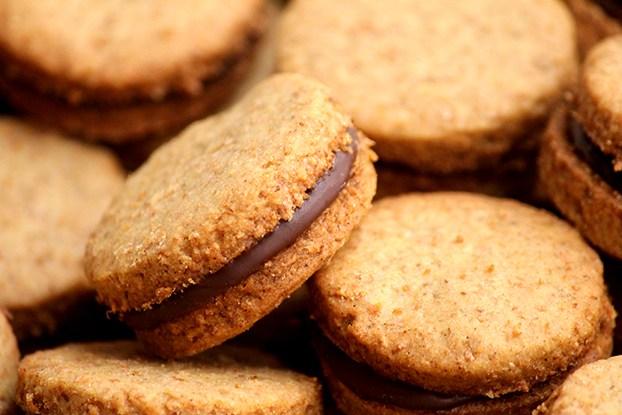 biscoito integral com recheio de chocolate