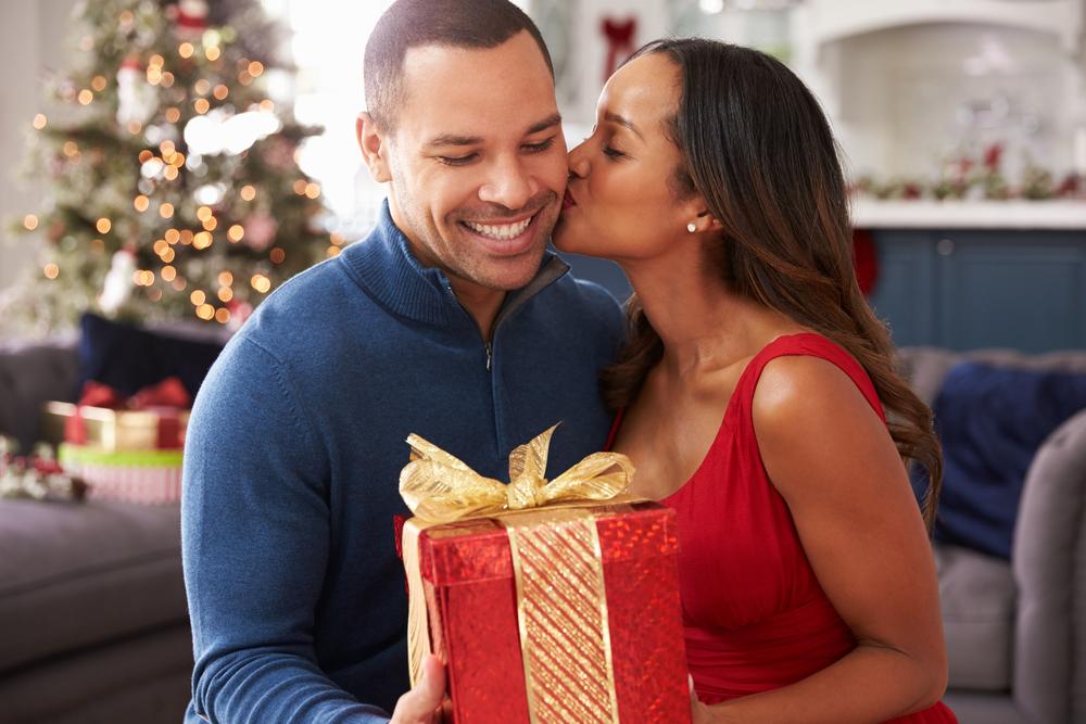 casal trocando presente