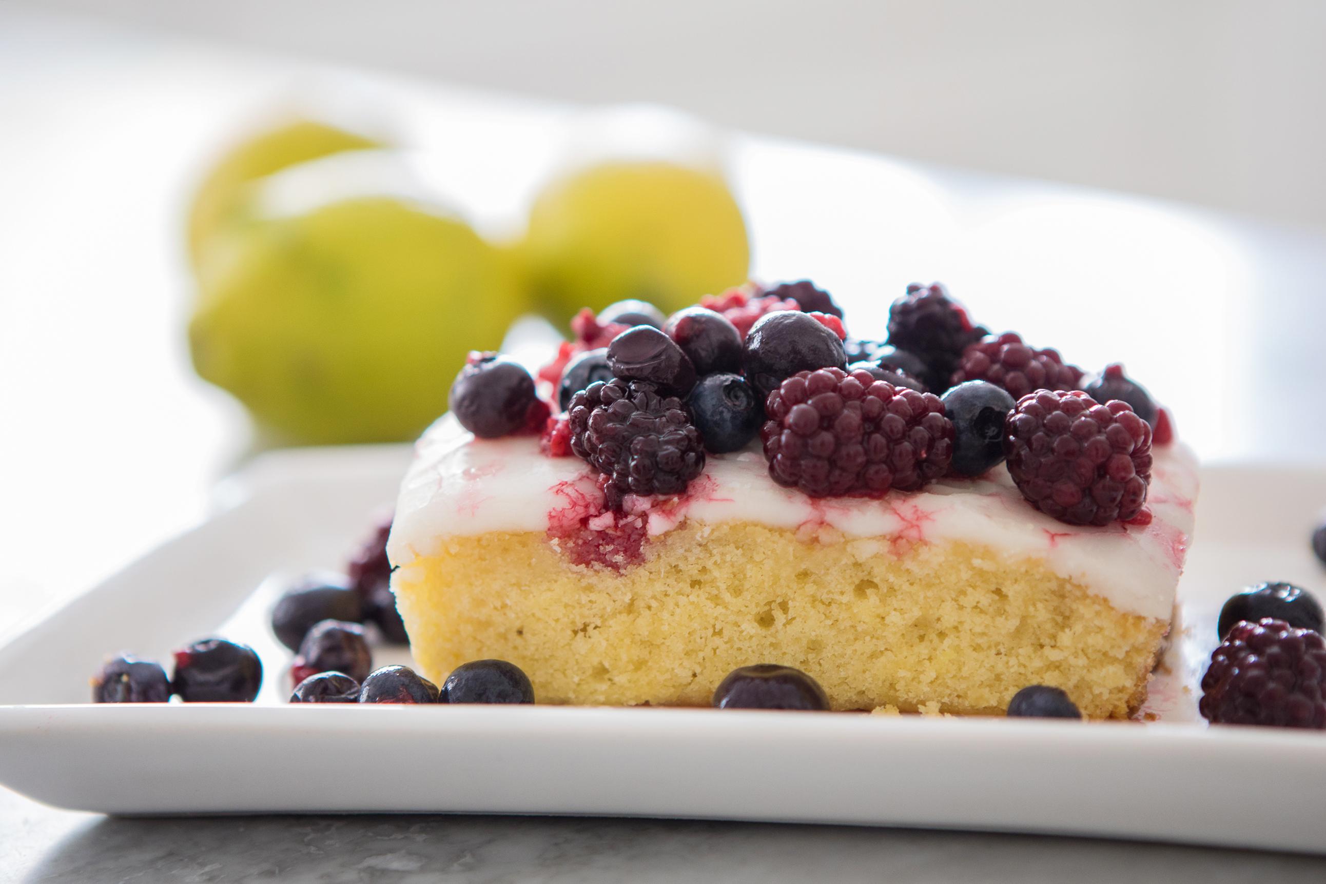 bolo de limão e frutas vermelhas