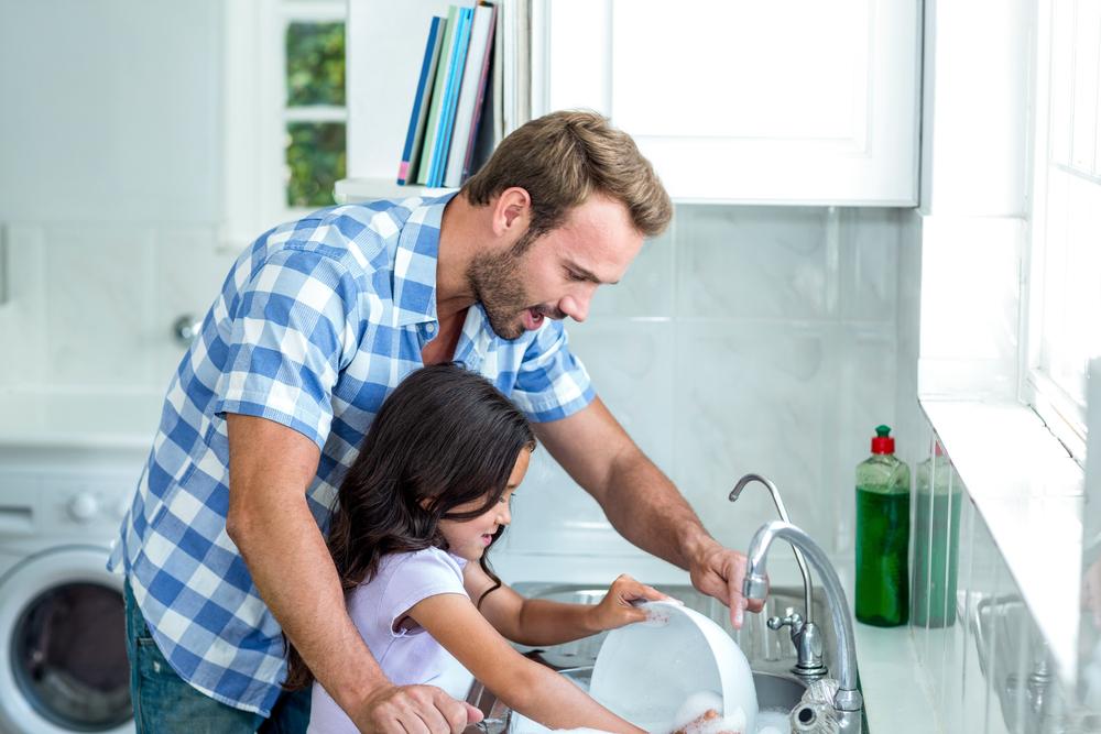 pai e filha lavando louça