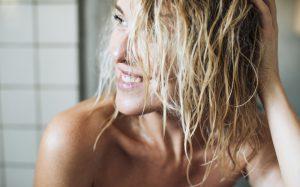 cabelos molhados